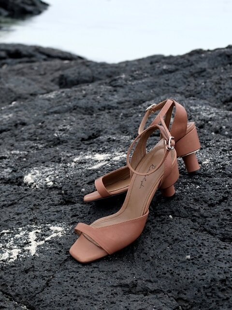 ASYMMETRY ANKLE STRAP 70 SANDALS IN TAN LEATHER