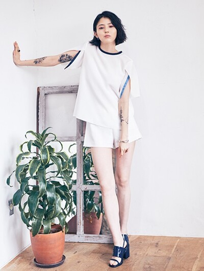 BACK PLEATS SLEEVES OPENING TOP_WHITE