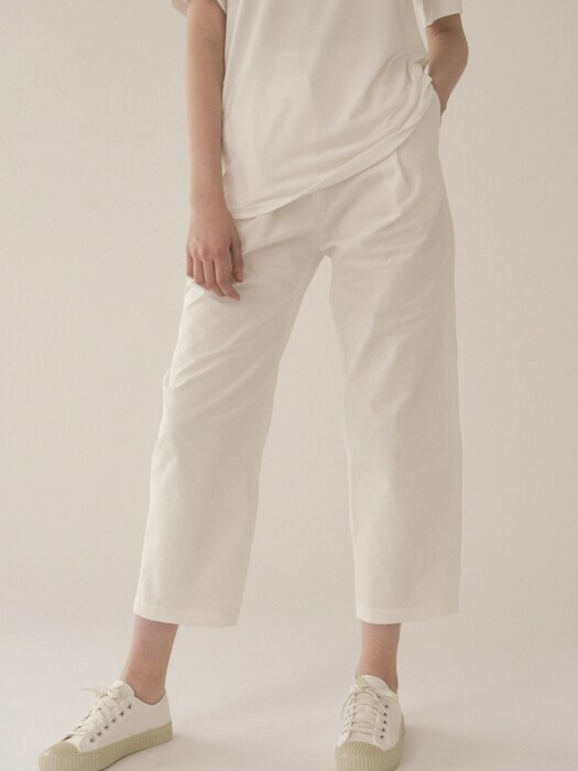 Pleats cotton trouser in white (W)