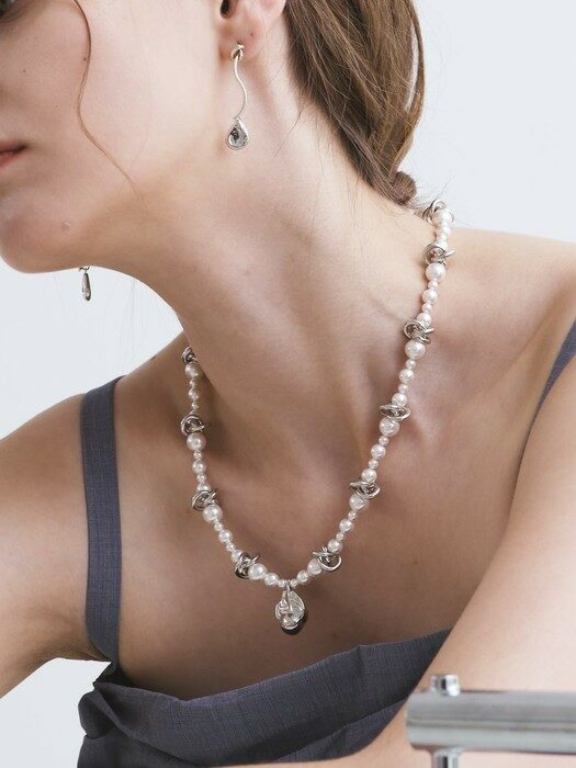 Irregular Pendant Pearl Necklace