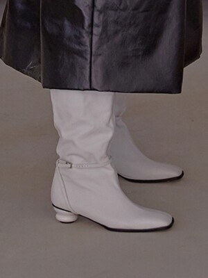 OBJECT LONG BOOTS (WHITE)