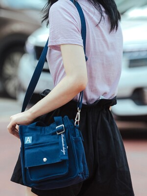 [ANOTHER FRAME X ROIDESROIS] MINI A LABEL CROSS BAG (NAVY)