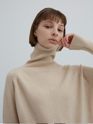 LOOSE FIT TURTLE -NECK KNIT BEIGE