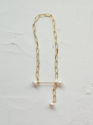 es.chaining pearl necklace