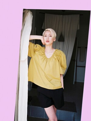 [flat] MUSTARD COTTON SHIRRING BLOUSE
