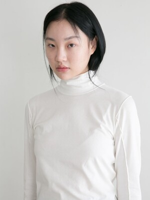 LINED TURTLENECK WHITE