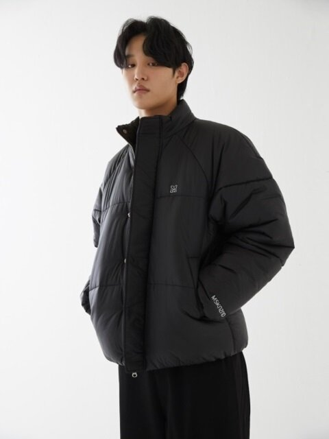 ELBOW M PATCH SHORT PADDED JACKET MATT BLACK