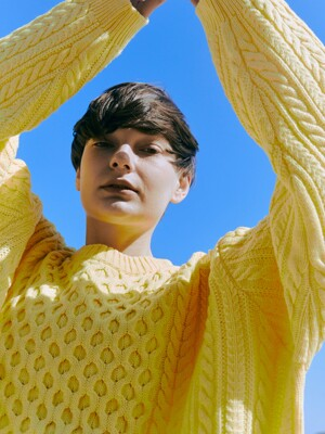 OVERTWIST PATTERN YELLOW SWEATER