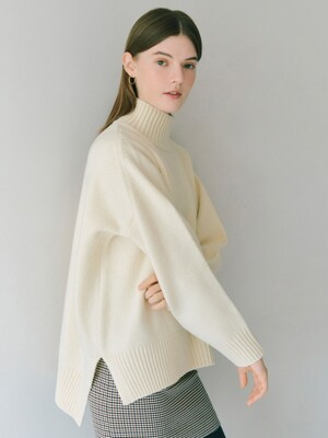 Oversize Turtleneck Pullover in Ivory