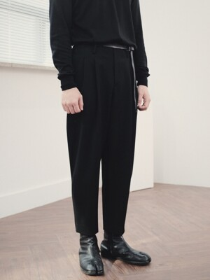 Two pleats carrot-fit pants Black
