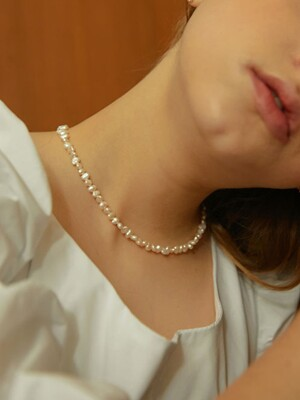 middle pearls necklace