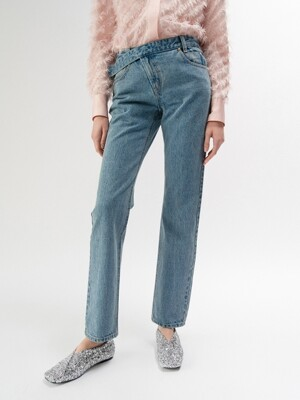 BELTED STRAIGHT-LEG JEANS (MID-BLUE)