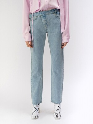 BELTED STRAIGHT-LEG JEANS (LIGHT BLUE)